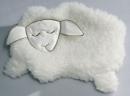 Schaf schlafend mit Kirschkernen